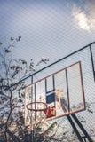Visión lateral e inferior desde un aro de baloncesto fotografía de archivo