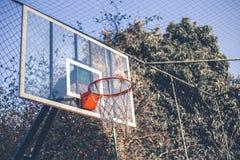 Visión lateral e inferior desde un aro de baloncesto imagen de archivo