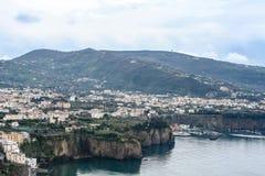Visión lejana desde la costa de Amalfi en Italia imagen de archivo