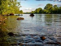 Visión lejana sobre un riverbank con las piedras imagenes de archivo