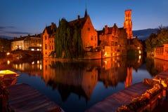 Visión a lo largo de De Rozenhoedkaai, o el Quai del rosario, en Brujas, Bélgica Imagen de archivo libre de regalías
