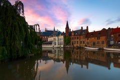 Visión a lo largo de De Rozenhoedkaai, o el Quai del rosario, en Brujas, Bélgica Imágenes de archivo libres de regalías