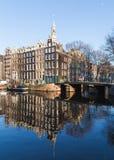 Visión a lo largo de los canales de Amsterdam durante el día Foto de archivo