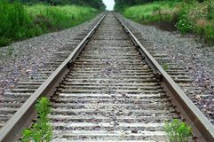 Visión a lo largo de pistas de ferrocarril abandonadas fotografía de archivo