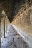 Visión a lo largo de un pasillo en Angkor Wat Construido originalmente en el comienzo del siglo XII, las ruinas son una atracción fotos de archivo libres de regalías