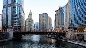 Visión a lo largo del río Chicago a las torres altas de la ciudad, Chicago Illinois fotografía de archivo libre de regalías