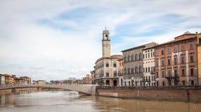Visión a lo largo del río de Arno en Pisa, Italia Imagen de archivo