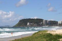 Visión los al frente de Burleigh en las personas que practica surf paraíso, Gold Coast, Queensland Australia Fotos de archivo