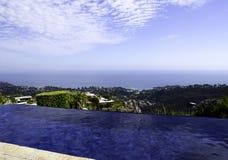 Visión magnífica por la piscina Fotos de archivo