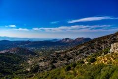 Visión magnífica sobre las montañas de la isla mediterránea Naxos en Grecia foto de archivo