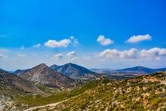 Visión magnífica sobre las montañas de la isla mediterránea Naxos en Grecia fotos de archivo libres de regalías