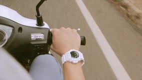 Visión a mano de hombre en la moto de la impulsión del volante traveling Reloj blanco Camino Viaje metrajes