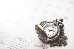 Visión nostálgica con el reloj de bolsillo del vintage en el calendario y el balneario Imagenes de archivo