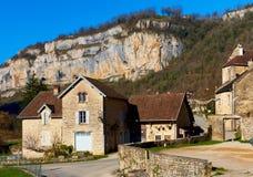 Visión o el pueblo de los beaumes-les-Messieurs francia foto de archivo