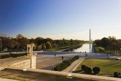 Visión otoñal hacia el este a través de la alameda nacional en Washington de Lincoln Memorial Imagen de archivo