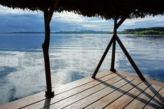 Visión pacífica desde una choza tropical sobre el mar Foto de archivo