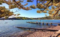Visión pacífica en Akaroa, Cantorbery, Nueva Zelanda imagenes de archivo