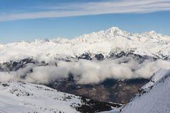 Visión panorámica abajo de un valle alpino de la montaña Fotografía de archivo libre de regalías