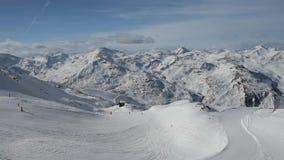 Visión panorámica abajo de una gama del valle de la montaña con el piste del esquí almacen de video