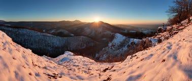 Visión panorámica con el hombre en montaña del invierno Fotografía de archivo
