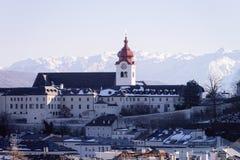 Visión panorámica con la catedral y paisaje en la ciudad vieja Salzburg foto de archivo