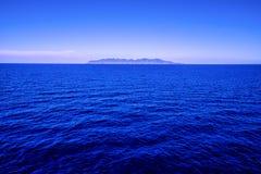 Visión panorámica con la isla de Capraia en fondo fotografía de archivo