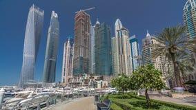 Visión panorámica con los rascacielos y los yates modernos del hyperlapse del timelapse del puerto deportivo de Dubai, United Ara metrajes