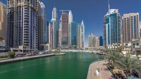 Visión panorámica con los rascacielos y los yates modernos del hyperlapse del timelapse del puerto deportivo de Dubai, United Ara almacen de video