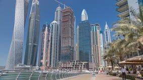 Visión panorámica con los rascacielos y los yates modernos del timelapse del puerto deportivo de Dubai, United Arab Emirates almacen de video