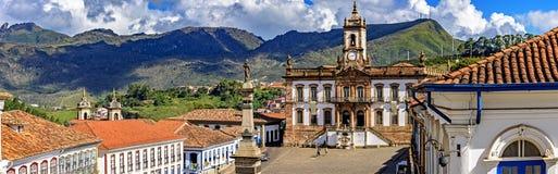 Visión panorámica desde arriba del cuadrado central de la ciudad histórica de Ouro Preto fotografía de archivo