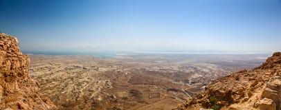 Visión panorámica desde el Masada superior con el mar muerto en la distancia imagenes de archivo