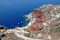 Visión panorámica desde el puerto Amoudi en Oia Isla de Santorini, Grecia Imágenes de archivo libres de regalías