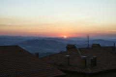 Visión panorámica desde el tejado en San Marino en Italia en el eveni imagen de archivo