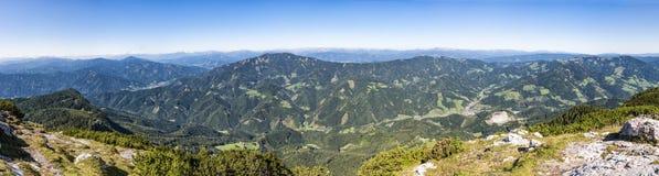 Visión panorámica desde la cumbre de la montaña Hochlantsch a la montaña R imagenes de archivo