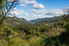Visión panorámica desde la montaña de la cascada del EL Nicho, palmeras, lago Fotos de archivo libres de regalías