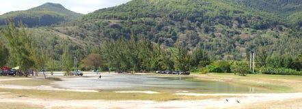 Visión panorámica desde la playa del público de Le Morne Imágenes de archivo libres de regalías