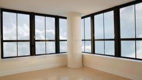 Visión panorámica desde la ventana del rascacielos en sitio vacío en las nubes en cielo almacen de metraje de vídeo