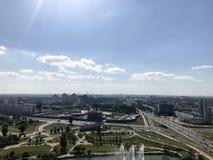 Visión panorámica desde una gran altura en una ciudad verde hermosa con muchos caminos y edificios altos, edificios Vista de la c imagen de archivo