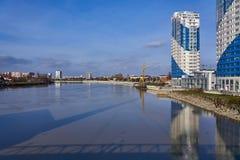 Visión panorámica en el área del río de Kuban, que refleja la ciudad de Krasnodar fotografía de archivo