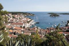 Visión panorámica en el puerto en Hvar Imagen de archivo