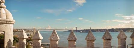 Visión panorámica en el río Tagus y 25 de Abril Bridge en Lisboa, de la torre de Belém Fotografía de archivo