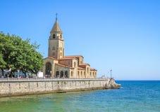 Visión panorámica en Gijón con San Pedro Church, Asturias, España septentrional imágenes de archivo libres de regalías