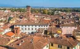 Visión panorámica en Lucca, con la torre famosa de Guinigi Toscana, Italia fotos de archivo libres de regalías