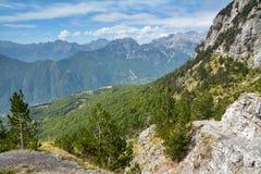 Visión panorámica hermosa desde el paso de montaña imagen de archivo