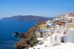 Visión panorámica hermosa en el pueblo de Oia en la isla de Santorini Fotografía de archivo libre de regalías