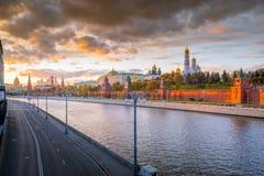 Visión panorámica Moscú el Kremlin por la tarde Imágenes de archivo libres de regalías