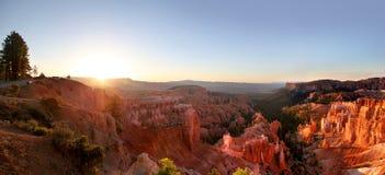Visión panorámica que la salida del sol pasa por alto en Bryce Canyon National Park foto de archivo