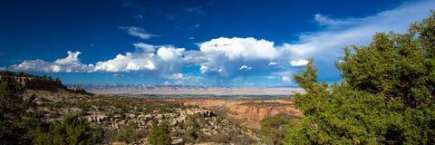 Visión panorámica que parece del este sobre Grand Junction del monumento nacional de Colorado imagen de archivo
