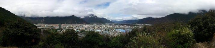Visión panorámica que pasa por alto la ciudad del bayi del nyingchi Imagen de archivo
