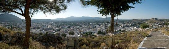 Visión panorámica sobre Archangelos en la isla griega Rodas Imagen de archivo